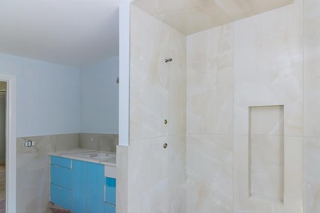 Murs carrelés de baignoire de construction à domicile après l'installation de cloisons sèches de réparation de salle de bains principale