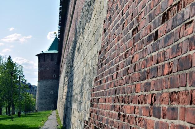 Murs et tours du kremlin en brique rouge. nijni novgorod