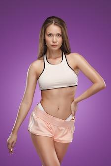 Musclé jeune athlète féminine posant
