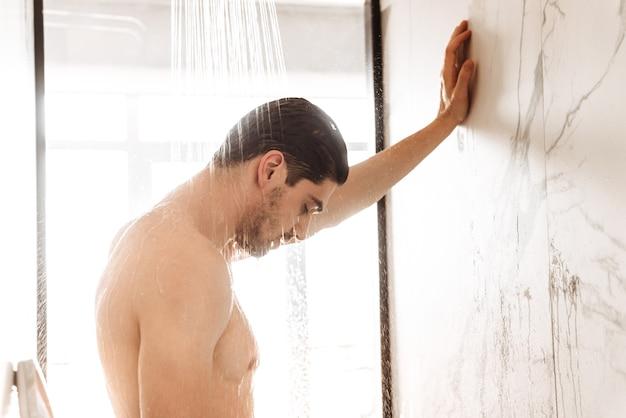 Musclé jeune homme nu