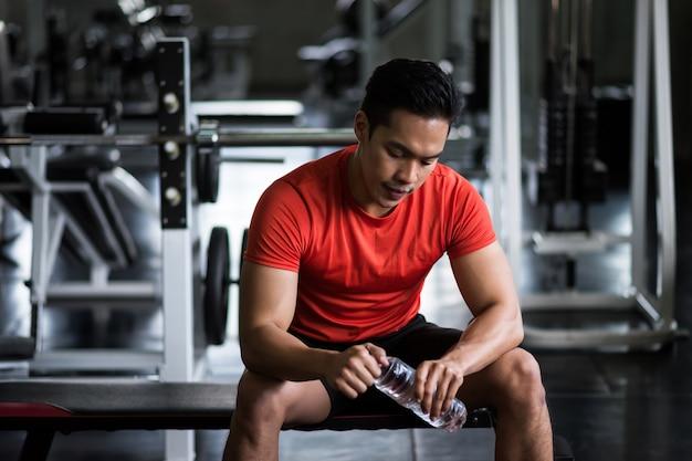 Muscle man pause et boire de l'eau