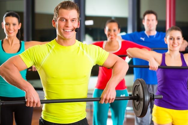 Musculation dans le gymnase avec des haltères