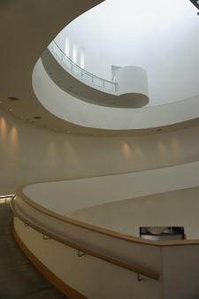 Musée d'art moderne curve shape à bangkok rue piétonne