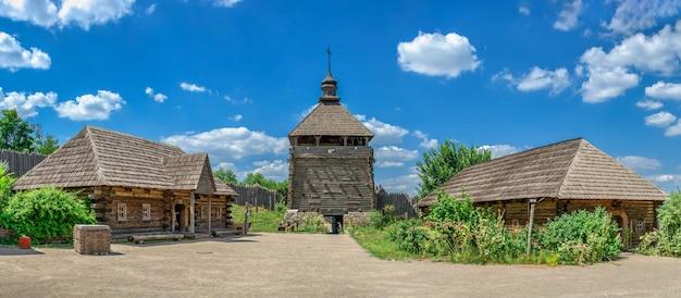 Musée en plein air de l'intérieur de la réserve nationale de khortytsia à zaporozhye, ukraine, lors d'une journée d'été ensoleillée