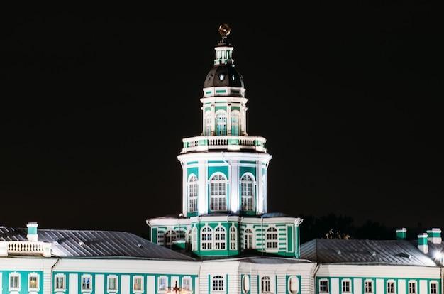 Musée de saint-pétersbourg bâtiment de kunstkammer dans la nuit