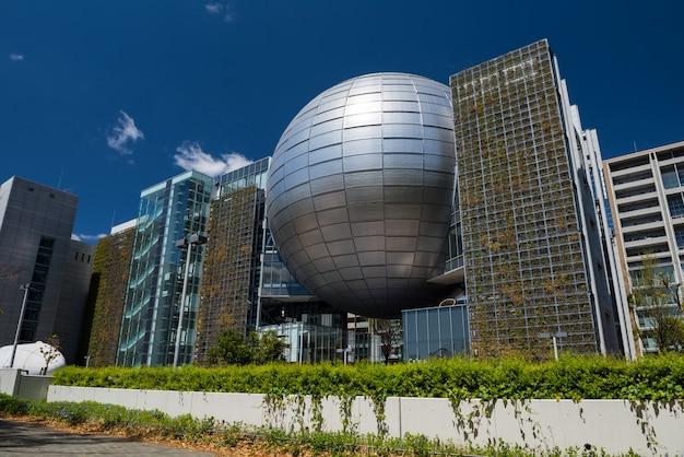 Musée des sciences de la ville de nagoya avec ciel bleu