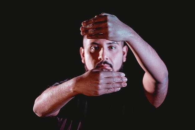 Music man modelage à faible luminosité avec fond noir