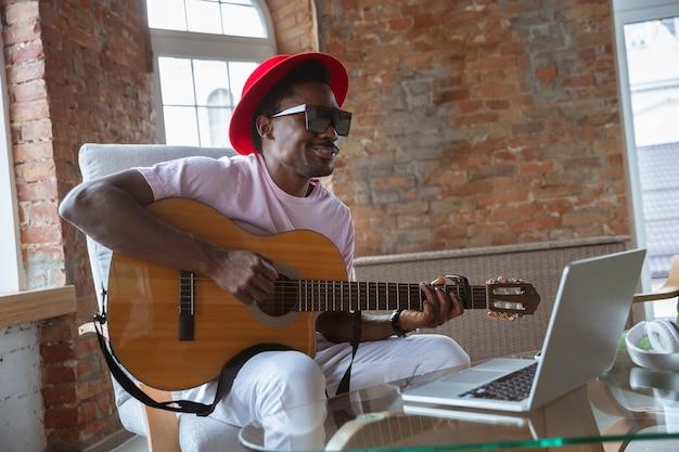 Musicien afro-américain saluant le public avant le concert en ligne à la maison isolé et mis en quarantaine