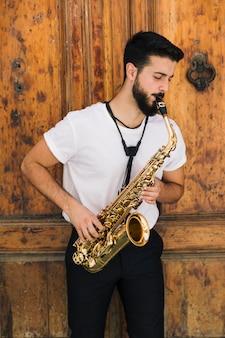 Musicien axé sur la vue de face jouant du saxophone