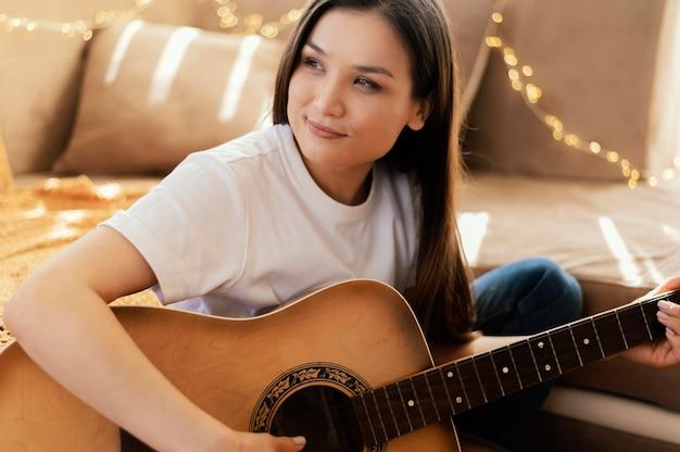 Musicien créatif pratiquant à la maison