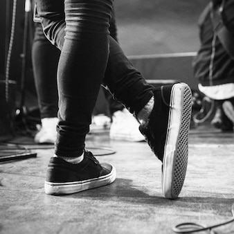 Musicien debout sur scène