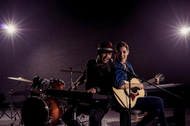 Musicien duo en train de chanter une chanson et de jouer de la musique avec des musiciens du groupe fellow