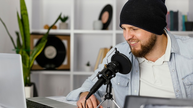Musicien de gros plan avec microphone