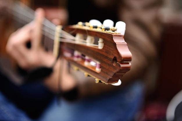 Musicien jouant de la guitare dans la rue