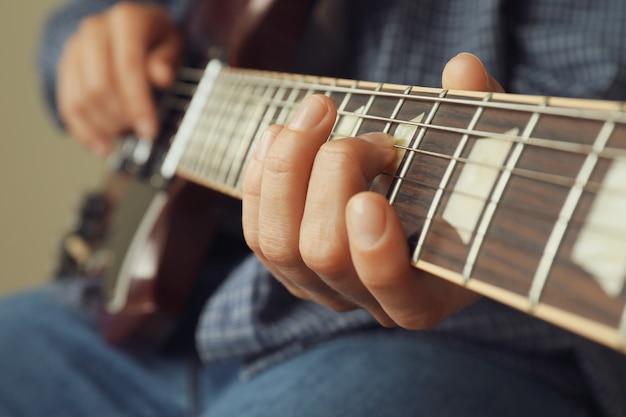 Musicien jouant à la guitare électrique, gros plan et mise au point sélective