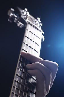 Musicien jouant de la guitare