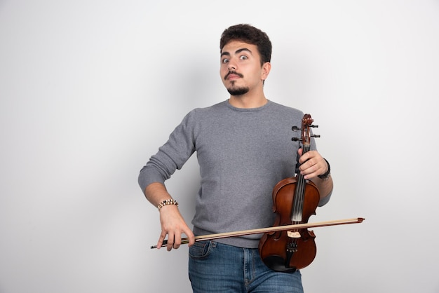 Le musicien joue une pièce classique romantique sur son violon.