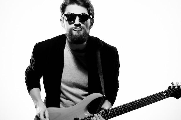 Musicien masculin émotif avec la musique de fond légère de guitare