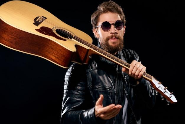 Musicien masculin émotif avec la performance de roche de guitare