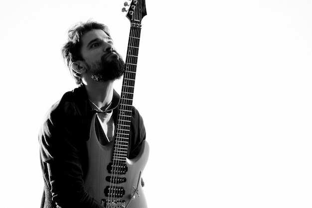 Musicien masculin avec une guitare dans ses mains exécutant le rock