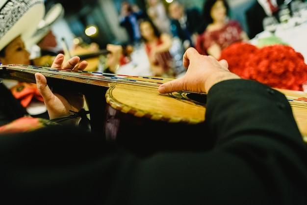 Musicien mexicain avec sa trompette et ses guitares