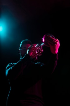 Musicien passionné célébrant l'événement de la journée du jazz