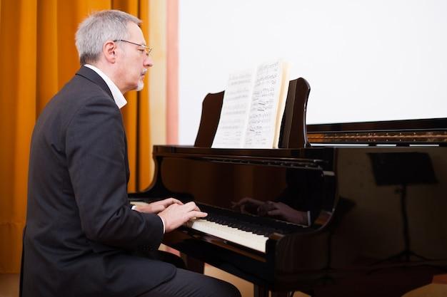 Musicien professionnel jouant du piano