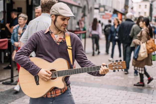 Musicien de rue jouant de la guitare dans la ville.