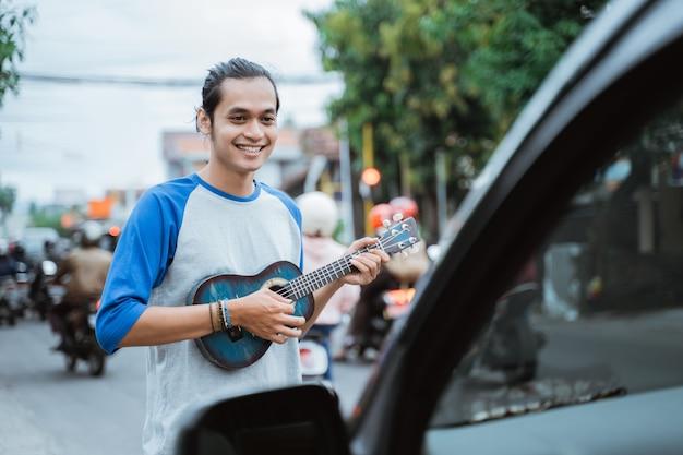 Musicien de rue masculin mendiant de l'argent