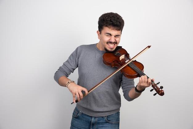 Le musicien se sent nerveux à propos de sa performance au violon.