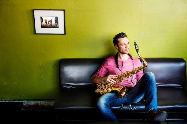 Un musicien avec son saxophone