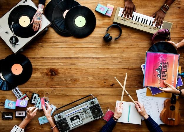 Musicien avec une variété d'instruments de musique rétro