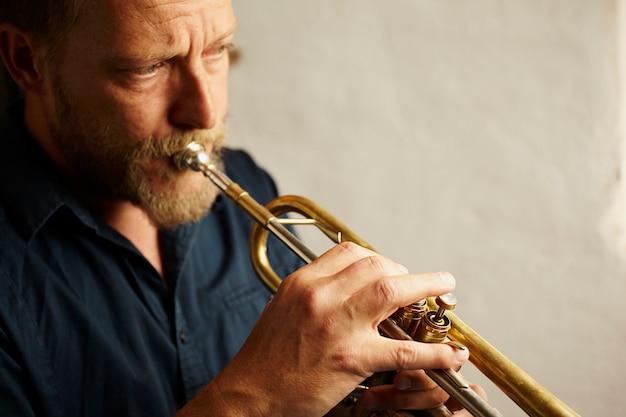 Musicien vétéran jouant de la trompette