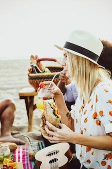 Musiciens ayant un pique-nique à la plage