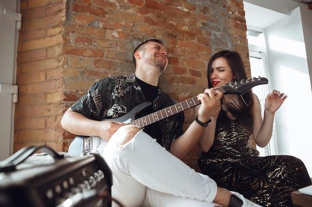Musiciens caucasiens lors d'un concert en ligne à la maison isolés et mis en quarantaine, joyeux et heureux