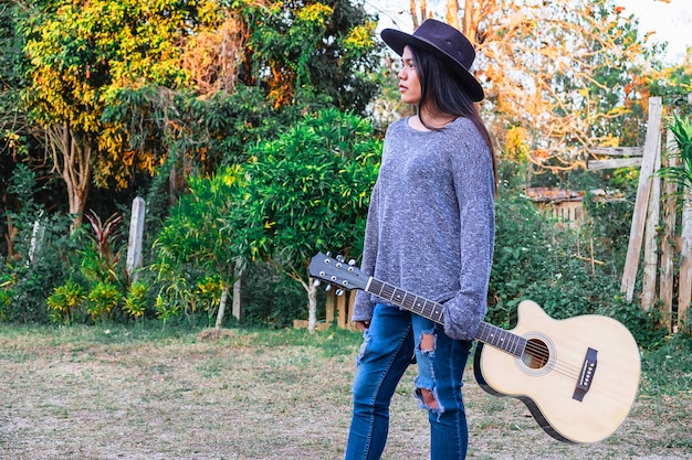 Musiciens, femmes tenant une guitare