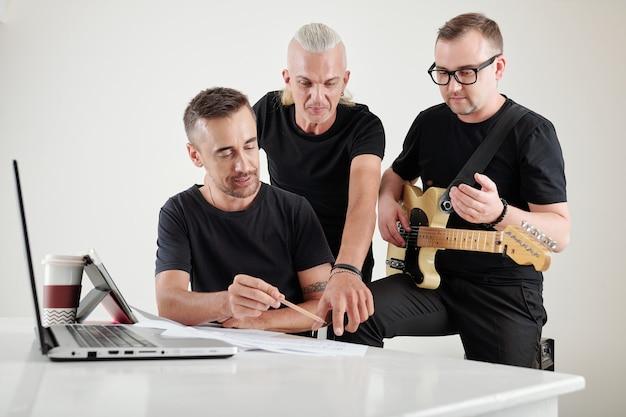 Musiciens travaillant sur une nouvelle chanson