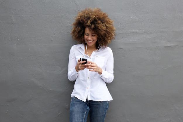 Musique africaine heureuse écoute de la musique sur son téléphone portable