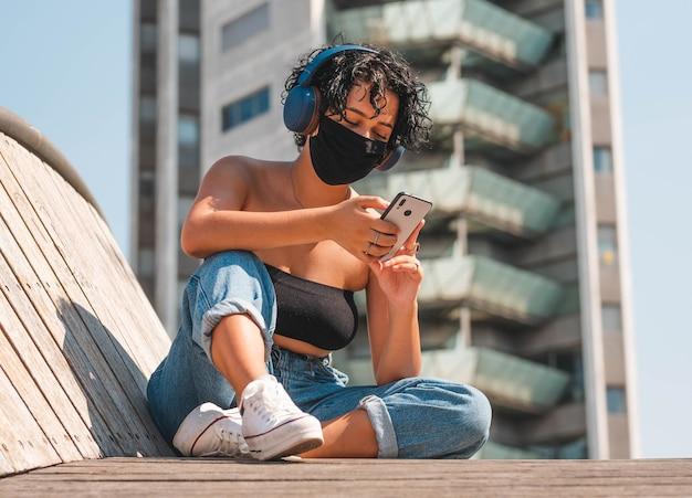 Musique auditive féminine attrayante avec un masque mobile et protecteur