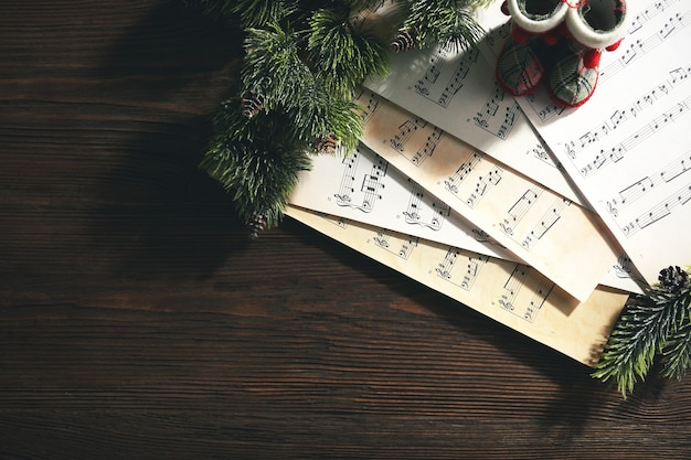 Musique et décor de noël sur table en bois