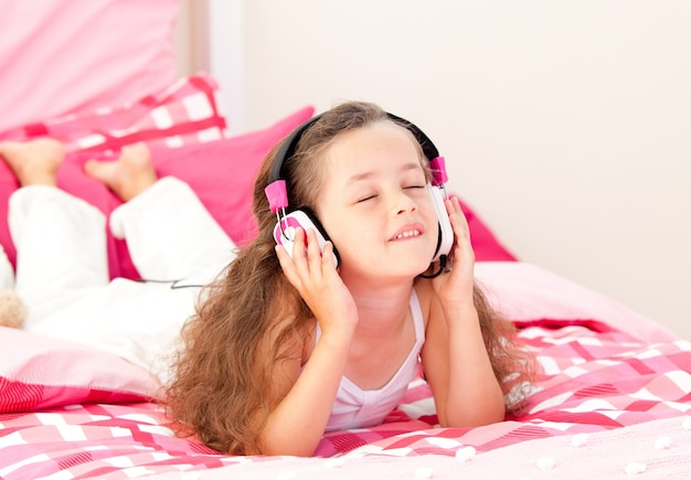 Musique écoute belle petite fille allongée sur son lit