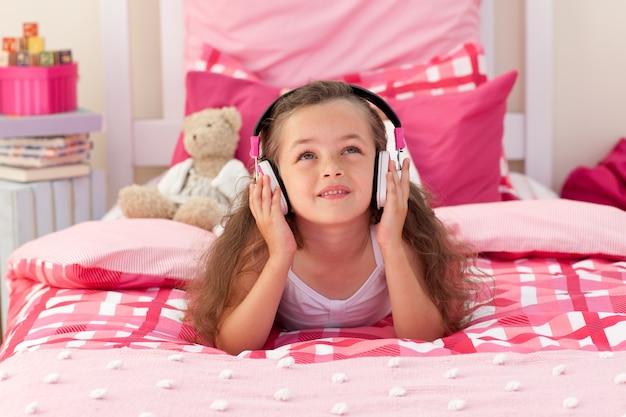 Musique écoute jolie fille dans la chambre
