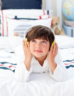 Musique écoute mignon petit garçon avec un casque sur