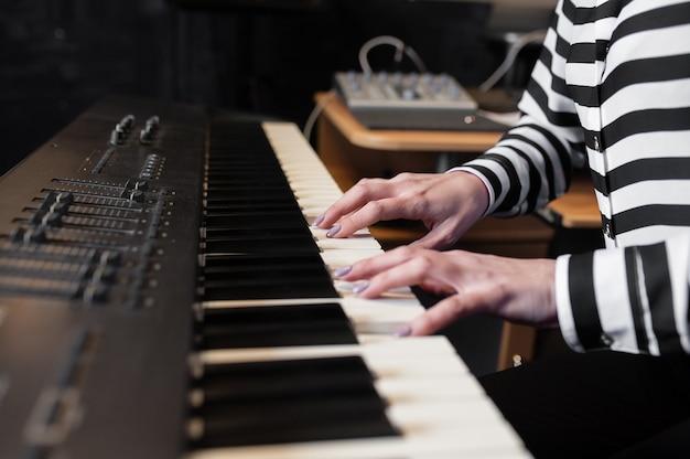 Musique de mains, synthétiseur, piano