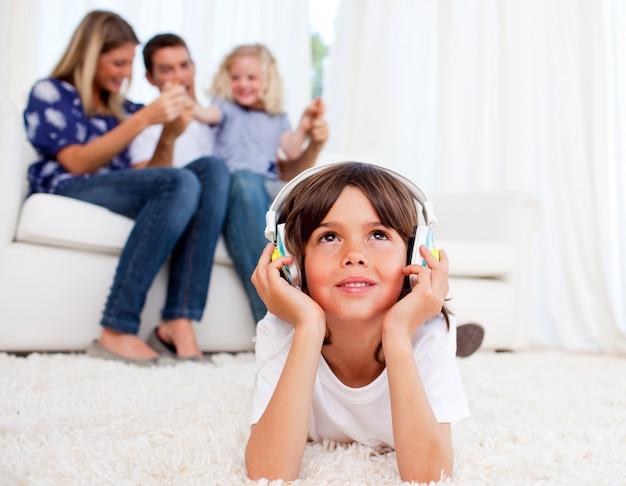 Musique songeuse petit garçon écoute sur le sol