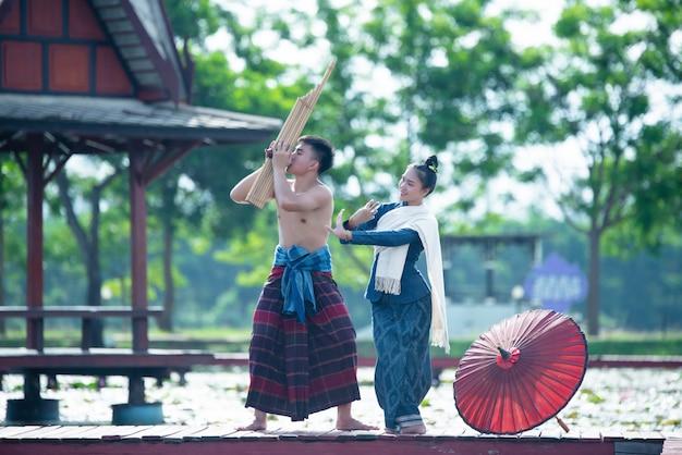 Musique thaïlandaise, hommes et femmes dansants en costume de style national: danse thailande
