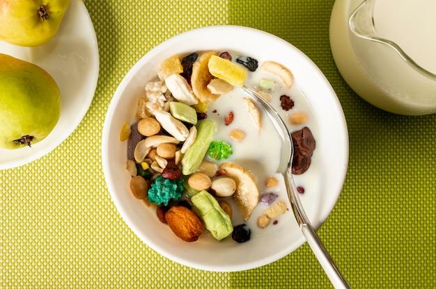 Musli à plat avec du lait dans un bol