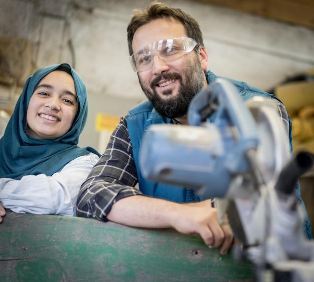 Musulman masculin et féminin en atelier travaillant ensemble