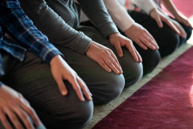Musulman priant à l'intérieur de la belle mosquée