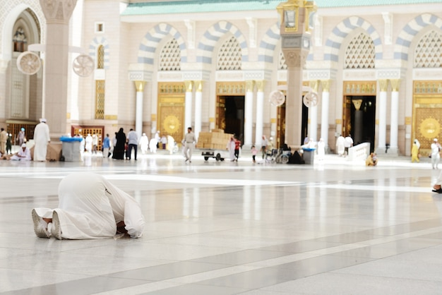 Musulman priant à la mosquée de médine